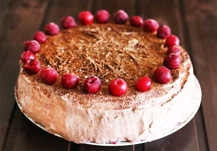 tort vegan cu visine si ciocolata padurea neagra