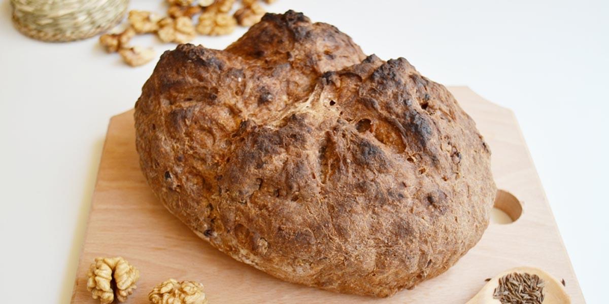 Paine rustica fara gluten cu nuci si chimen