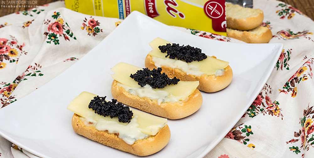 Crostini fara gluten cu gorgonzola si icre