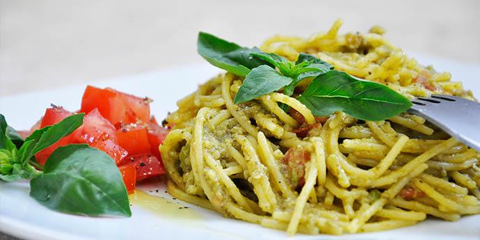 Spaghete fara gluten cu avocado, busuioc si rosii