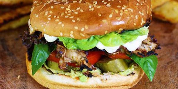 Burger vegan cu piept de pui la gratar