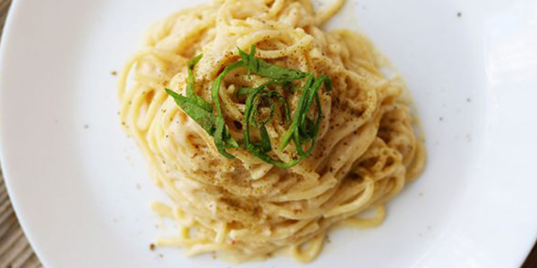 Spaghete cu sos cremos de usturoi copt
