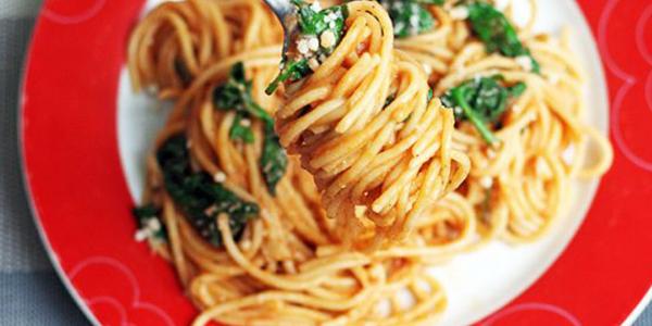 Spaghete cu spanac si rosii